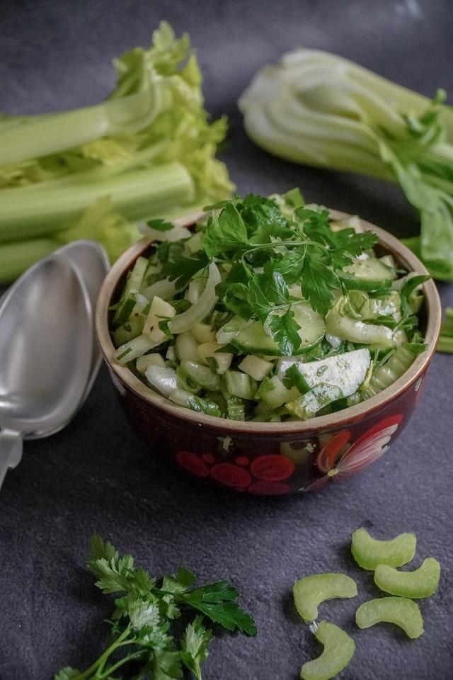 Manfaat daun seledri bagi kesehatan
