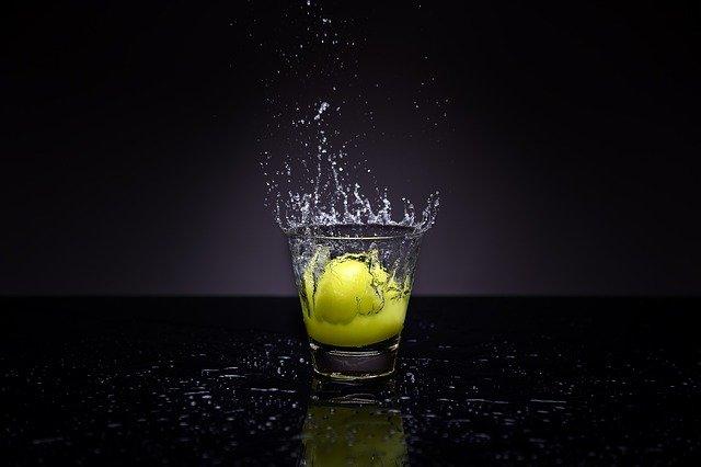 Perasan lemon merupakan cara menghinglangkan flek hitam di wajah yang membandel