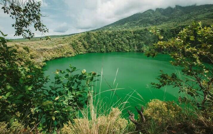 Gambar danau tolire yang merupakan salah satu tempat wisata di ternate