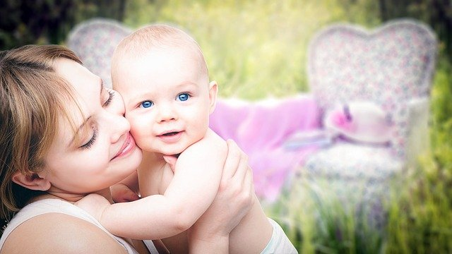 gambar bayi yang sedang berjemur bersama ibunya