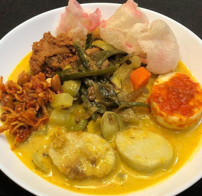 Lontong sayur merupakan makanan khas Jakarta yang bisa kita jumpai di berbagai tempat