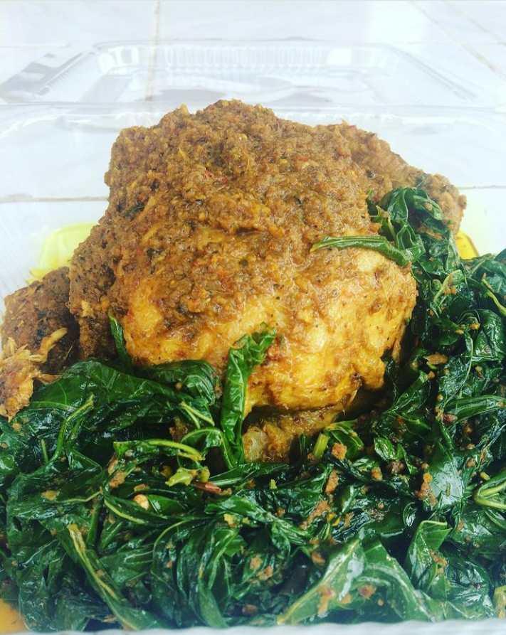Ayam betutu merupakan makanan khas Denpasar yang unik dan lezat