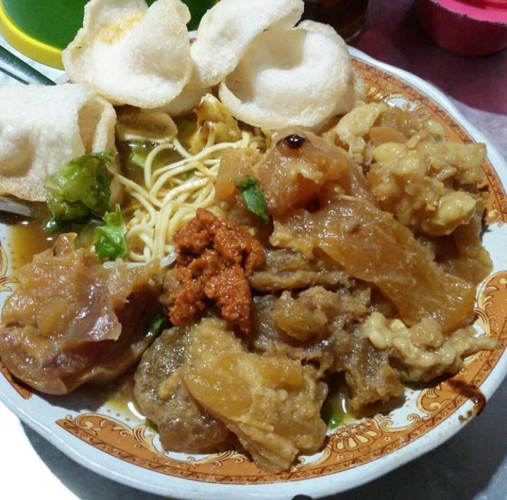Tahu campur marupakan salah satu makanan khas dari surabaya