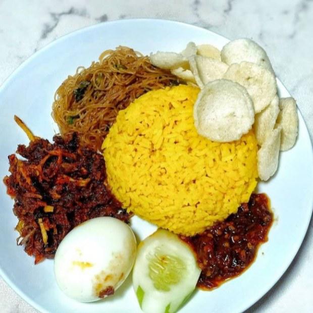 Gambar nasi kuning yang sudah siap saji
