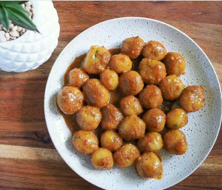 Cilok merupakan makanan khas Bandung yang terbuat dari tepung kanji dan di campur dengan bumbu bumbu khusus