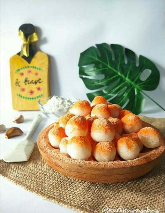 Cimol merupakan makanan khas Bandung yang terbuat dari tepung kanji dan bentuknya bulat dan akan mengembang ketika digoereng