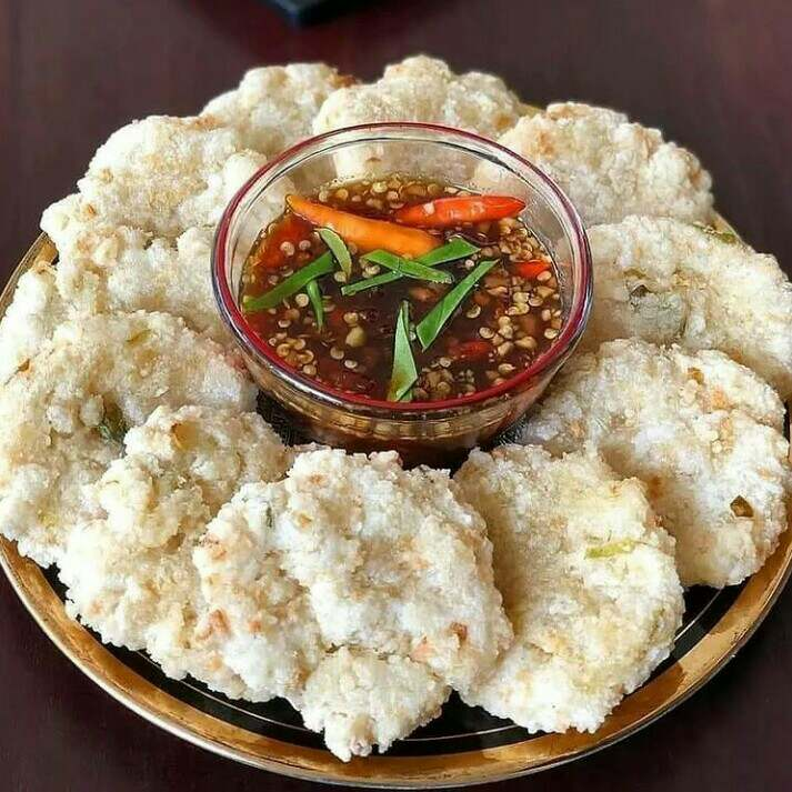 Gambar cireng yang merupakan makanan khas Bandung yang terbuat dari tepung kanji, tepung terigu, merica bubuk, daun bawang, bawang putih dan air