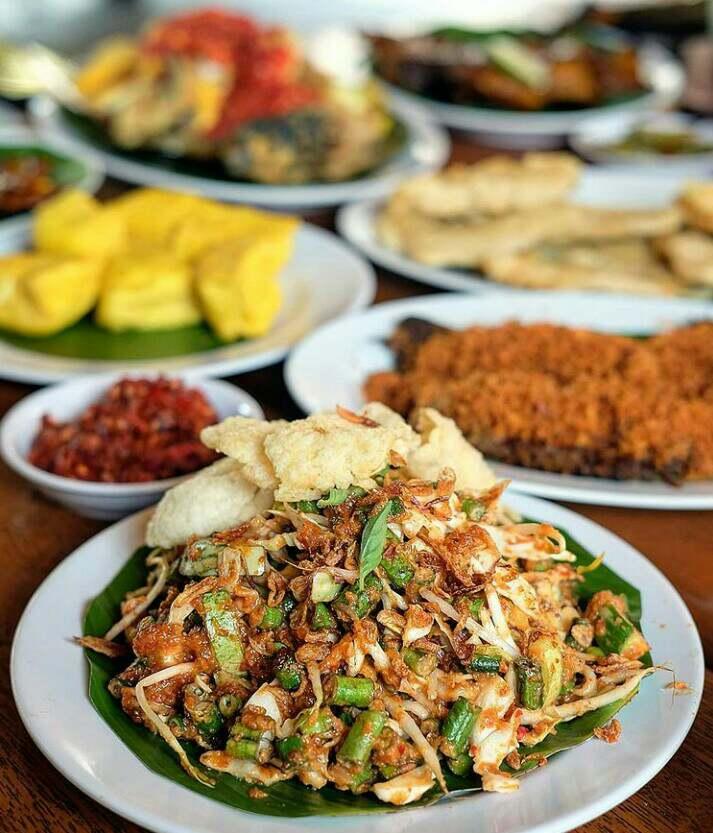 Karedok merupakan makanan khas bandung yang terbuat dari campuran sayur sayuran yang segar dan di siram dengan kuah kacang