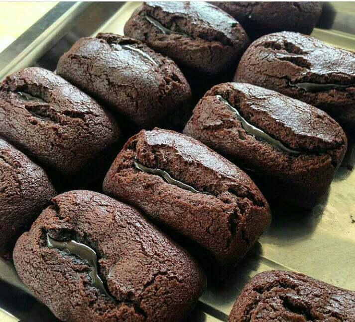 Kue balok merupakan makanan khas Bandung yang teksturnya padat dan bentuknya kotak seperti balok kayu