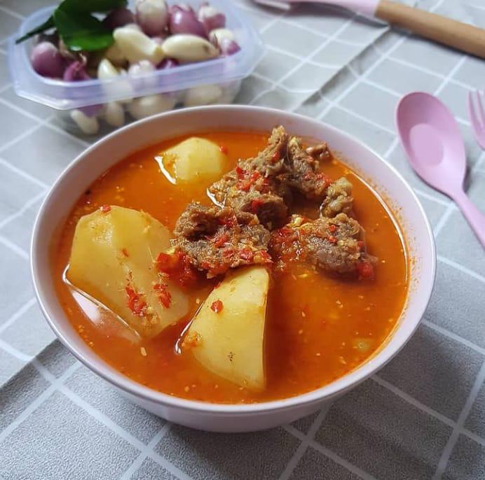 Asam pedeh daging merupakan makanan khas Padang yang terbuat dari olahan daging sapi
