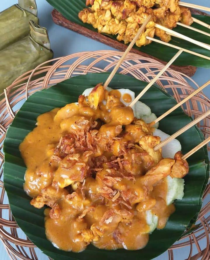 Sate Padang merupakan makanan khas Padang yang banyak diminati berbagai kalangan